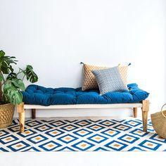 Un tapis graphique bleu et jaune moutarde