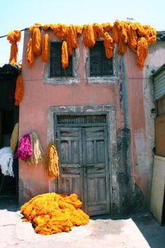 Laine teint au Safran à Marrakech suspendus pour sécher
