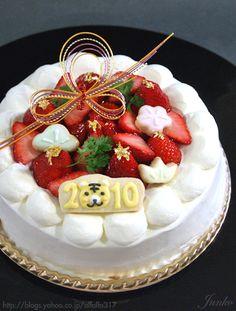 New year's strawberry cake (recipe in Japanese) Japanese Christmas Cake, Baking Recipes, Dessert Recipes, Japanese Cake, Japanese Food, Big Cakes, Roll Cakes, Kawaii Dessert, Strawberry Cake Recipes