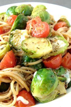 Pasta con coles de bruselas y tomates cherry Tasty Vegetarian Recipes, Healthy Recipes, Healthy Meal Prep, Healthy Eating, Pasta Noodles, Food Porn, Veggies, Yummy Food, Lunch