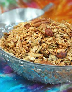 Ingredientes:  3 tazas de avena   1 taza de semillas de girasol  ½ taza de semillas de calabaza  ½ taza de nueces  ¼ de taza de avellanas (opcional)  ¼ de taza de azúcar mascabado o morena (no azúcar refinada)  ¼ de cucharadita de sal marina  1/3 taza de Agave  ¼ de taza de aceite de coco virgen (si es sólido fundirlo)  1 cucharadita de extracto de vainilla