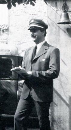 Années 1960 - Facteur pendant sa tournée, non identifiée © L'Adresse Musée de La Poste / La Poste, DR.
