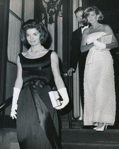 Jackie & Jean Kennedy, leaving a white glove formal party Jackie Kennedy Style, John Kennedy Jr, Jacqueline Kennedy Onassis, Jaclyn Kennedy, Caroline Kennedy, Lou Fashion, Familia Kennedy, Jaqueline Kennedy, Marie