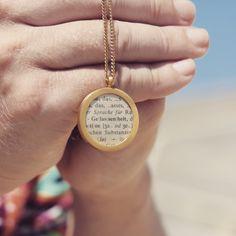 Gelassenheit. Dein Wort im edlen Medaillon. Hergestellt aus antiken Wörterbüchern. Your word in a beautyful pendant. Gold. Made from vintage dictionaries.