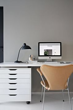 These modern days, there are a lot of people need a home office to give them the ability for working at home. Because they need to work not only at their official office but also from their own living Desk Inspiration, Interior Design Inspiration, Design Ideas, Home Office Design, Home Office Decor, Home Decor, Grey Office, Mini Office, Office Workspace