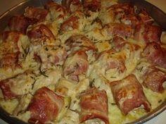 Μία πρόταση για μπουφέ, ορεκτικό ή ακόμα και κυρίως πιάτο Υλικά 3 φιλέτα στήθος κοτόπουλου 300 γρ. μπέικον σε λωρίδες 1 φλιτζάνι του τσαγιού κασέρι τριμμένο 1 φλιτζάνι του τσαγιού γραβιέρα Νάξου τριμμένη 3 κλωναράκια φρέσκο δενδρολίβανο ψιλοκομμένο 1 κρεμμύδι ξερό κομμένο