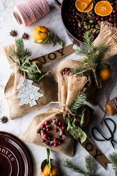 Give someone the gift of a Christmas scent (homemade holiday potpourri) this holiday season! Christmas Food Gifts, Christmas Scents, Noel Christmas, Homemade Christmas, All Things Christmas, Holiday Gifts, Christmas Crafts, Christmas Decorations, Christmas Ideas