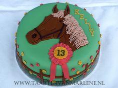 Paarden taart:  Rond 20 cm. Vulling boter crème met aardbeien smaak en stukjes verse aardbeien en aardbeien jam.