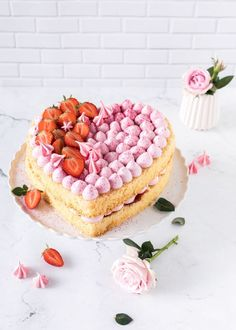 Strawberry Heart Pie on Mother's Day - Emma's Favorite Pieces - Food {Torten & Törtchen} - Gateau Pavlova, Mothersday Cake, Easy Cake Recipes, Dessert Recipes, Mothers Day Desserts, Strawberry Hearts, Strawberry Sweets, Naked Cakes, Heart Cakes