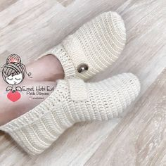 Crochet Slipper Boots, Crochet Coat, Crochet Gloves, Knitted Slippers, Crochet Slippers, Sweater Knitting Patterns, Baby Knitting, Baby Girl Gift Baskets, Crochet Leg Warmers