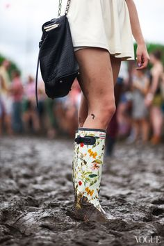 This chick puts my Gov Ball outfit to shame: Opening Ceremony skirt, Hunter boots, and Alexander Wang bag Hunter Wellies, Hunter Boots, Cute Fashion, Look Fashion, Fall Fashion, Mode Style, Style Me, Rock Am Ring, Over Boots