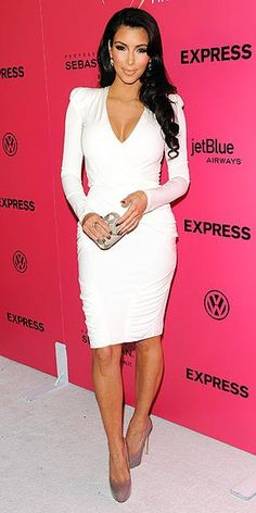 The American fashion icon Kim Kardashian shows off her perfect curves in a notably supersexy, long-sleeve V-neck dress, paired with a gold minaudière and patent pumps Estilo Kardashian, Kardashian Style, Kim K Style, Her Style, Passion For Fashion, Love Fashion, Womens Fashion, Fashion News, Style Fashion