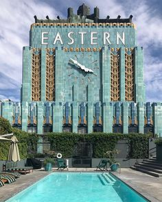 Eastern Columbia Building in Los Angeles, designed by Claud Beelman. Characterized as a benchmark of art deco architecture in LA, it was… Gran Hotel Budapest, Grand Budapest, Accidental Wes Anderson, Wes Anderson Style, Art Deco Buildings, Colourful Buildings, Modern Buildings, Downtown Los Angeles, Art Deco Design