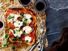 Voitaikinasta syntyy rapea, ilmava ja ennen kaikkea nopea pohja pizzalle. Paista valmis voitaikina puolikypsäksi, levitä päälle lempitäytteesi ja...