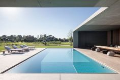 This impressive villa is the ultimate bachelor pad. Located near the Belgian city of Gent, this mind-blowing property lays on the quiet banks of the river Leie, a place well known for its leisure boating. The sculptural concrete bachelor pad was desi Architecture Design, Moderne Pools, Concrete Pool, Interior Minimalista, Pool Designs, Minimalist Home, Modern House Design, Future House, New Homes
