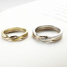 [マリッジリング]適度なボリューム感があるから、カジュアルな装いにもマッチ。愛のメッセージやシークレットダイヤモンドを、リングの重なり合う部分に刻印することができる。