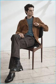 Italian label Boglioli presents its fall-winter 2016 campaign, which stars model Luke Powell. The British model is the subject of a quiet series of images by… Human Poses Reference, Pose Reference Photo, Senior Girl Photography, Photography Poses For Men, Fall Collection, Sitting Poses, Man Sitting, Figure Poses, Poses References