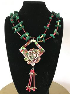 The necklace has a chainlength of 60 cm.