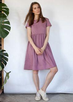 Розово-сиреневое платье с кулиской до колена