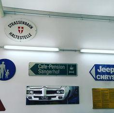 Wand Deko im RetroWerk #retrowerk #garagenschnueffler Garage, Retro Cars, Cars Motorcycles, Jeep, Retro Vintage, Carport Garage, Garages, Jeeps