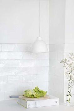 KARWEI | De witte materialen geven de keuken een schone en frisse uitstraling. #karwei #keuken #wooninspiratie