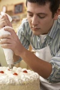 When preparing whipped cream for frosting a cake, it's important to stabilize it with gelatin to help it hold its shape. Stabilizing the whipped cream is even more crucial. Stabilized Whipped Cream Frosting, Making Whipped Cream, Whipped Frosting, Homemade Whipped Cream, Cake Icing, Frosting Recipes, Buttercream Frosting, Cake Recipes, White Buttercream