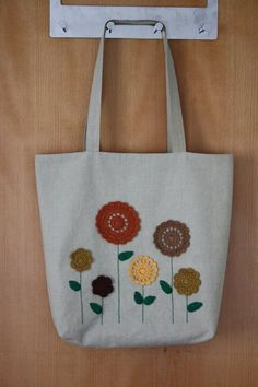 Crochet Flowers Linen Tote Bag - ideas hermosas y diferentes Diy Makeup Bag, Tote Bags Handmade, Flower Bag, Embroidery Bags, Jute Bags, Linen Bag, Fabric Bags, Knitted Bags, Crochet Flowers