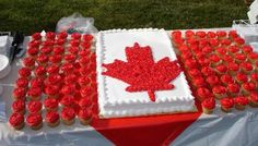 I LOVE this idea for a cake for Canada Day... a cake + take away cupcakes! :)