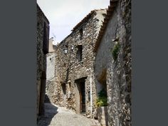 Minerve: Narrow street lined with stone houses - France-Voyage.com