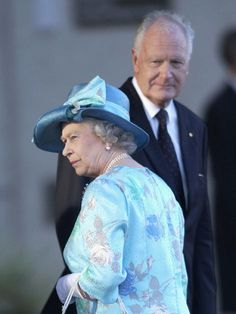 Queen Elizabeth II with Governor General Peter Hollingworth during ceremonial farewell of Royal Tour in Brisbane, Queensland 03 Mar 2002.