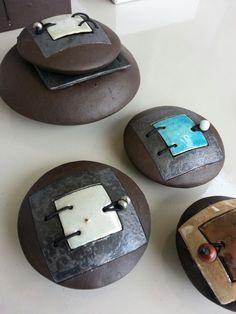Stapeltjes: Kleine bewaarplaatsen, bolletjes met een deurtje.  6-8 cm drsn. Diverse kleuren. Meer info: info@carolinepeeters.nl