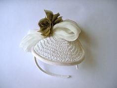 Bibi/fascinator mariage, cet accessoire est composé par un cercle en papier réalisé au crochet de 16 cm de diamètre bordé d'un ruban de satin vintage,