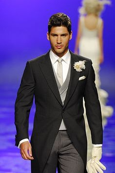 Chaqué de novio en color negro con chaleco gris. http://www.myweddingconcierge.com.au #weddings #weddingsuits
