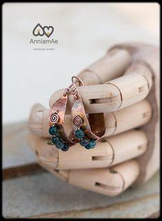 Copper earrings: Hoop earrings with agate beads by AnniamAeDesigns