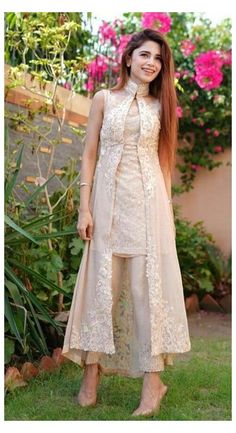 Party Wear Indian Dresses, Pakistani Fashion Party Wear, Designer Party Wear Dresses, Indian Gowns Dresses, Indian Fashion Dresses, Kurti Designs Party Wear, Dress Indian Style, Indian Designer Outfits, Party Wear Kurtis