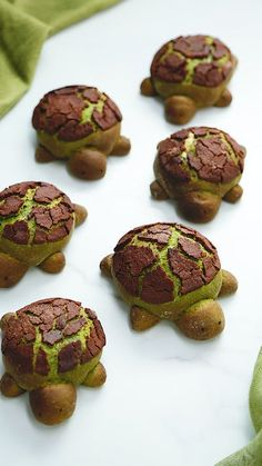 Matcha Milk Bread Turtles Are you ready for an overload of CUTE? These chocolate filled matcha turtles make an adorable addition to your lunchbox! The post Matcha Milk Bread Turtles appeared first on Mary& Secret World. Cute Food, Good Food, Yummy Food, Turtle Recipe, Sweet Recipes, Healthy Recipes, Healthy Drinks, Creative Food, Health Desserts