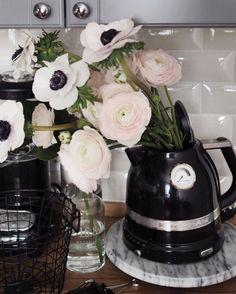 """Yana в Instagram: «•Когда дома нет вазы, то в ход идёт чайник @kitchenaidrussia  У нас всё ещё нет стола на кухне, зато есть самый крутой электрический чайник и блендер ✨ Детали-это самое главное для меня, я стараюсь уделять им пристальное внимание и очень придирчиво отношусь к выбору всех мелочей. Поэтому, у нас дверные ручки дороже дивана, я же выбирала Вообще, это так классно смотреть, как из бетонных развалин вырисовывается что-то красивое и такое """"твоё""""•»"""