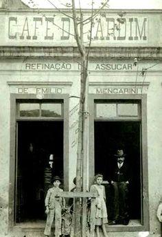 Quando o alfaiate Emílio Mencarini trocou a Itália pelo Brasil, decidiu também mudar de profissão.Em 1890, abriu o Café do Jardim na avenida Tiradentes, em frente ao parque da Luz. A empresa, rebatizada de Café Jardim, mudou três vezes de endereço. Funcionou na avenida do Estado, na rua Lavapés e, desde 1972, está na Vila Maria. Há dez anos, a família Mencarini vendeu a marca a um grupo de empresários.