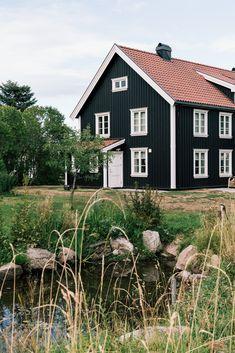 Dette klassiske huset har skogen som nærmeste nabo. Legg merke til hvordan det passer naturlig inn i det vakre landskapet rundt. Home Fashion, Cabin, House Styles, Pictures, Home Decor, Nature, Photos, Homemade Home Decor, Cabins