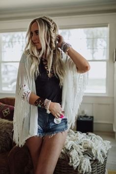 Elegant bohemian breezy kimono with vintage-inspired design, fringed hem + boho soul style. Shop dreamy macramé kimono for gypsy soul style, summer outfits. Country Style Outfits, Western Outfits, Boho Outfits, Fashion Outfits, Cute Country Clothes, Cute Hippie Outfits, Bohemian Outfit, Fashion Styles, Fall Outfits