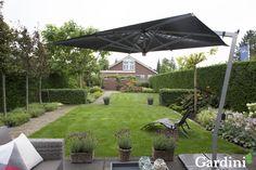 Deze grote tuin wordt grotendeels gevuld door een groot grasveld: volop ruimte om te spelen of in de zon te liggen.
