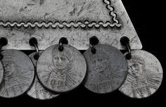 Detalle de los colgantes decorativos de un Trapelakucha, los discos corresponden a interiores de monedas bimetalica de $ 100 que circulan actualmente en la República de Chile, en la imagen homenaje, se aprecia una mujer Mapuche con tres de sus más representativas joyas, Trapelakucha, Trarilonko, Chaway.
