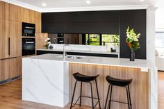 What do you think of this black & white & wood modern kitchen design? Kitchen Design Gallery, Kitchen Room Design, Home Decor Kitchen, Kitchen Interior, New Kitchen, Home Kitchens, Kitchen Modern, Kitchen Designs, Warm Kitchen
