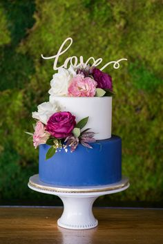 #ad blue and white modern floral wedding cake