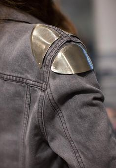 What Would Khaleesi Wear? Shoulder Armor - What Would Khaleesi Wear? Fashion Blogger Style, Look Fashion, Fashion Details, Diy Fashion, Ideias Fashion, Womens Fashion, Fashion Design, Looks Cool, Looks Style