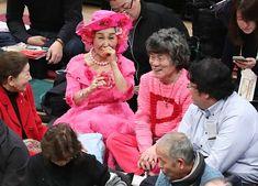 大相撲初場所の観戦に訪れたお笑いタレントの林家ペー(中央右)、パー子夫妻(同左)=東京・両国国技館
