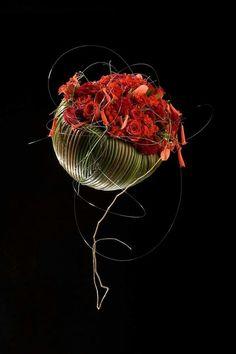 This is some cool floral art! Flower Show, Flower Art, Simple Flowers, Beautiful Flowers, Contemporary Flower Arrangements, Flower Structure, Sogetsu Ikebana, Flora Design, Flower Installation