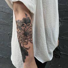 What a beautiful tattoo! Mommy Tattoos, Baby Tattoos, Cute Tattoos, Beautiful Tattoos, Flower Tattoos, Body Art Tattoos, New Tattoos, Piercing Tattoo, Arm Tattoo