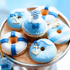 Marina cupcakes and donuts in sugar sand 🏖️ Fancy Donuts, Cute Donuts, Mini Donuts, Doughnuts, Delicious Donuts, Yummy Food, Cute Desserts, Dessert Recipes, Cupcakes Decorados