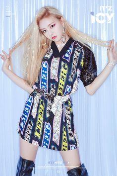 Meet ITZY the K-pop girl group taking over the world Kpop Girl Groups, Korean Girl Groups, Kpop Girls, Loona Kim Lip, Bts Kim, Mode Rose, Wattpad, New Girl, K Pop